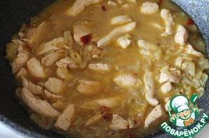 К луку добавить йогурт и бульон, тушить на медленном огне 3 минут. Добавить курицу, готовить на малом огне 10 минут.