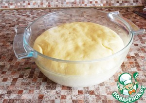 When the dough has risen, divide it into four parts.  One part roll out on baking paper and with the appropriate meals to cut from rolled dough oval.