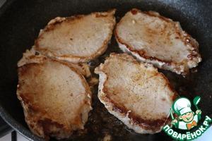 На сковороде на среднем огне разогреть 1 ст. л. растительного и 2 ст. л. сливочного масла. Обжарить свинину по 3 минуты с каждой стороны. Не пережарьте, иначе мясо будет сухим! Стейки должны быть полностью прожарены.