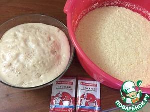 Дрожжи САФ-МОМЕНТ + 1 ст. ложка сахара+ 50 гр вода только покрыть дрожжи, оставить расстраиваться до образования шапочки. Яйца взбить, добавить сахар, взбить. Масло потереть на крупной терке в яичную смесь, добавить теплое молоко, подошедшие дрожжи САФ-МОМЕНТ, добавить соль, водку, добавить муку ( примерно 700 гр). Замесить тесто консистенции как на блины, убрать в теплое место (у меня тазик 8 литров) на 1 час
