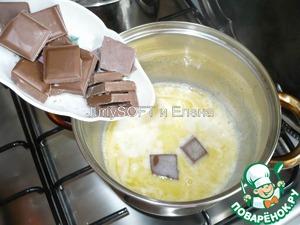 После того, как масло растопилось к нему необходимо добавить шоколад, который я предварительно поломала на маленькие квадратики.