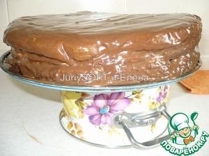 После того, как я покрыла свой торт шоколадной глазурью, то убираю его в холодильник.   Т. к. я делаю его вечерами, то тортик убираю в холодильник на всю ночь, а так можно оставить его на 6-8 часов в холодильнике для застывания.