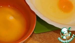 Яйцо соединяем с растопленным маслом.