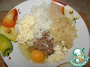 К рыбе добавить отварной рис, обжаренный лук, натертый на терке сырок, вбить яйцо, и добавить 1 ст. л сухарей, добавить специи ( с солью осторожно) и все хорошо перемешать.., дать постоять минут 5-7.