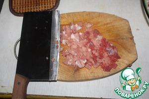 Мясо порезать мелким кубиком и порубить топориком или тяжелым ножом
