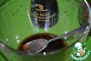 Делаем маринад. Для этого смешаем в чашке соевый соус Kikkoman, мед и молотый перец.