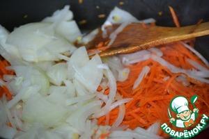 Лук и морковь шинкуем и тоже обжариваем до готовности. Одно яйцо взбить в мисочке и приготовить кисточку.