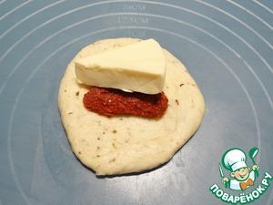Каждый шар теста чуть раскатываю, на середину кладу половинку вяленого томата и треугольник плавленого сыра.