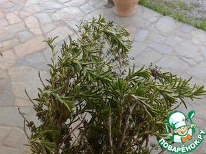 Готовится ягненок приблизительно 3-3,5 часа. Периодически к углям подбрасываем ароматные травы (чабрец, розмарин)