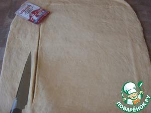 Раскатать тесто и вырезать прямоугольник (ориентируясь на противень).. я вырезаю по размеру разделочной доски