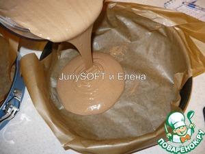 Форму для выпечки бисквита застелить пергаментной бумагой. Моя форма имеет диаметр: 28см. На пергамент влить полученное бисквитное тесто. Выпекать в духовке 20-25 мин. при температуре 180С.