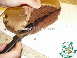 ПЕРВЫЙ бисквит нужно разрезать вдоль на 2 пласта.
