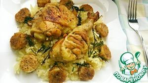 Выложить рис горкой на тарелку, поверх положить куски курицы, и украсить жареными бананами и зеленью.