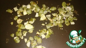 Семена тыквы обжарить на сухой сковороде, а затем измельчить ножом.