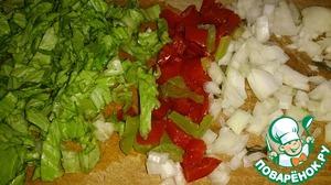 Болгарский перец, лук и листья салата -помыть, очистить. Нарезать мелко, и обжарить на оливковом масле.