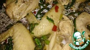 Добавить в обжарку бульон и семена тыквы. Выложить кусочки курицы, добавить соевый соус, соль, перец. Тушить на медленном огне, накрывать крышкой, минут 10-15.