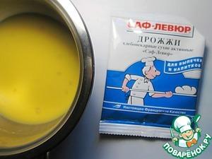 Добавить дрожжи, тщательно перемешать до гладкой консистенции, соединить смесь с ванилином.