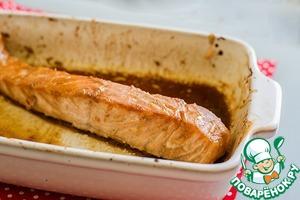 Разогреть духовку до 180 град.   Запекать рыбу около 15-20 минут. Всё зависит от размера кусков. Время от времени можно поливать рыбу маринадом из формы.      Подавать с овощами или рисом.