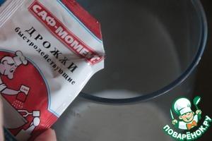 Итак, дрожжи разводим в молоке.   Изюм лучше заранее замочить в 3 ст. л. бальзама