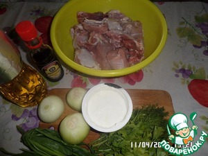 Prepare the products. Wash and peel onions and greens. The rabbit flushed. Chop into pieces.