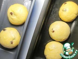 Ставим булочки на 10-12 минут в разогретую до 200 градусов Цельсия духовку до зарумянивания. Растапливаем сливочное масло и равномерно смазываем верх каждой горячей булочки, пока масло не закончится.