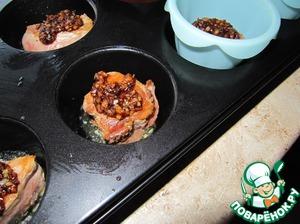 Формы для выпечки смазать полностью сливочным маслом и налить на дно где-то по 1 ч л растопленного масла. Форму отправить в разогретую до 230 С духовку, чтобы она прогрелась, а масло закипело. В каждую форму выложить по кусочку мяса, полить маринадом по-вкусу, по желанию можно добавить кусочек сливочного сыра.