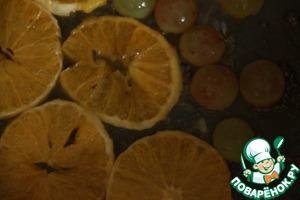 Карамелизовать лук:   В сковороде накалить масло оливковое и сливочное, поджарить лук до прозрачного золотистого свет.   Щепотка соли и перца, затем посахарить, подлить вина и тушить 5 минут под крышкой. Убрать лук. На эту же сковороду выложить апельсины и виноград порезанный пополам, посахарить, и подержать минуту, залить вином и с каждом стороны по 3-4 минуты.