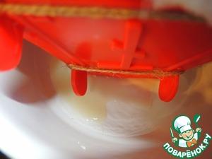 Оставить пасхи под гнетом при комнатной температуре на 1-2 час и постоянно сливать скапливающуюся на дне сыворотку. Затем убрать в холодильник. Гнет желательно не убирать.   Я обычно делаю пасхи в четверг вечером и они стоят в холодильнике до Светлого Воскресения.   Как достать пасху из формы: развернуть аккуратно края марли, положить на дно плоскую тарелку и перевернуть пасху. Обрезать веревки, снять форму вверх и снять марлю. Украсить по своему желанию.
