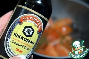 Добавить соевый соус Kikkoman. Накрыть крышкой и уменьшить огонь до минимума.