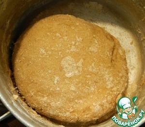 Смешиваем воду с сахаром и яцами и маслом, вливаем смесь к муке, замешиваем тесто, к рукам он не липнет. Оставляем на расстойку.