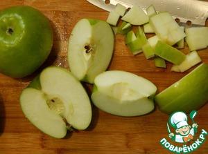 Пока тесто поднимается займемся начинкой. Яблоки моем удаляем сердцевину и нарезаем кубиками. По желанию можно их почистить.