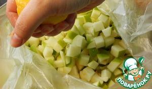 Нарезанные яблоки складываем в пакет, выжимаем к ним сок половины лимона. Пакет плотно закручиваем и встряхиваем яблоки чтобы они полностью и равномерно перемешались с лимонным соком.