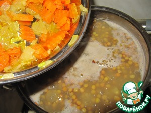 В конце варки супа добавить обжаренные до мягкости лук, морковь и чеснок, добавить специи