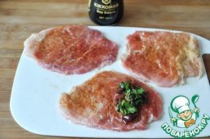 Кладём на край куска свинины 1 ст. ложку начинки из сливы, сворачиваем рулетиком.