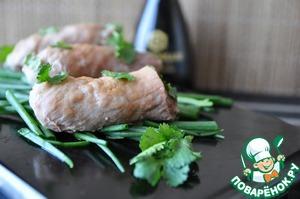 На сервировочную тарелку кладём нарезанный зелёный лук.   Сверху кладём рулетики из свинины, поливаем их соевым соусом (2 ст. ложки) и посыпаем листиками кинзы.   Подаём горячими.   Приятного аппетита!