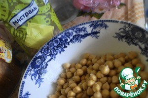 The chickpeas to soak in cold water 4 hours before cooking, but better to do it on the whole night. Then boil it as directed on the packaging, or rather boil for 10 minutes after boiling on high heat, then reduce the heat and cook for another 50-60 minutes.