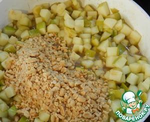 Арахис измельчаем крупными кусочками, добавляем к яблокам томим все на небольшом огне пока яблоки не станут мягкими. Выклячаем огонь и даем немного остыть.
