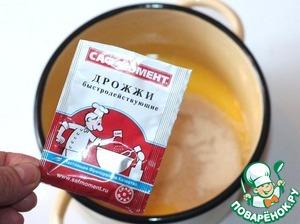 В эту теплую массу всыпать просеянную муку, ванильный сахар и сухие дрожжи.