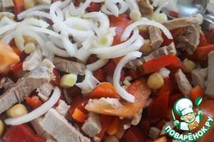 Нарезать отварное мясо соломкой, а репчатый лук тонкими полукольцами и добавить к салату. Свинину лучше использовать постную.