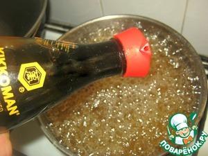 """Закипятить воду, всыпать специи, добавить соевый соус ТМ """"Kikkoman"""", снять с огня и охладить"""