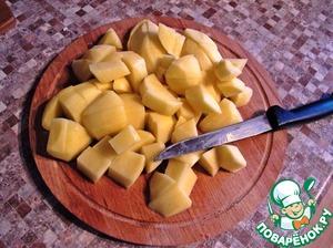 Нам понадобится 400 граммов очищенного картофеля.    Включить духовку на максимум. Поставить на огонь воду.    Очищенный картофель мелко порезать и положить отвариваться в воду.