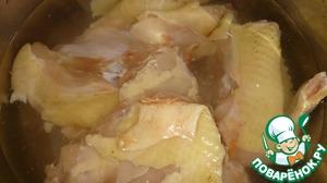 Курицу разделать, почистить подготовить для варки. Выложить кусочки мяса в кастрюлю и варить до готовности. Важно не переварить курицу! Лучше всего, чтобы мясо оставалось немного жестким. Бульон после варки не выливать, отложить в сторону.