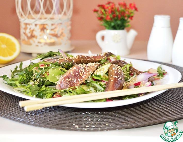 салат тайский с говядиной и кунжутом и омлетом рецепт