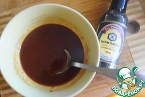 В кетчуп добавить коричневый сахар, соль, паприку, черный молотый перец, лимонный сок и мелко нарубленный чеснок, или пропущенный через пресс. Все перемешать.