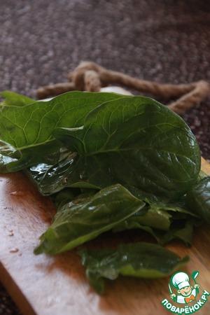 У шпината оборвите толстые стебли, сложите листья в дуршлак, обдайте кипятком, сразу окуните в холодную воду, выжмите и в блендере пюрируйте пульсирующими движениями.