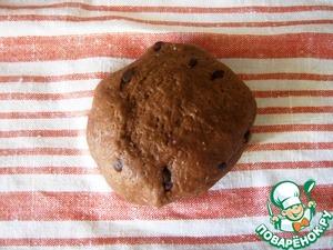 Шоколадное тесто. Смешать муку, соль, дрожжи, какао и залить всё это тёплым молоком с сахаром и маслом. Замесить тесто. Добавить шоколадные капли, перемешать, прикрыть, убрать в тёплое место.