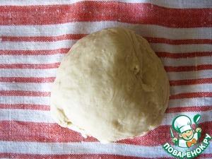 Ванильное тесто. Смешать муку, соль, дрожжи и залить всё это теплым молоком, с сахаром, ванильным сахаром и растопленнным маслом. Замесить тесто, накрыть и убрать в тёплое место.