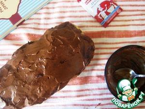 Во время выпекания нагреть для ганаша сливки (но не кипятить) и растопить в них шоколад. Накрыть ганаш плёнкой и отправить в холодильник. Через полчаса-час смесь загустеет и можно будет украсить хлеб сверху.