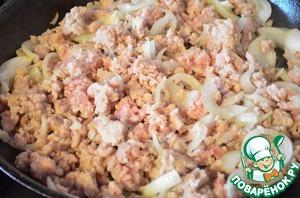 Пока выполняется замес теста, займемся начинкой. Репчатый лук порезать кубиками. Обжарить фарш вместе с луком на растительном масле до полуготовности. Посолить и поперчить по вкусу. Остудить.