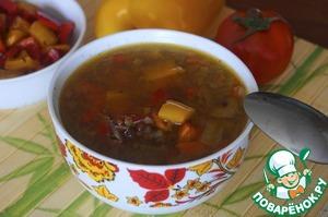 Подаем суп налив его в тарелки для супа, уложив поверх кусочки обжаренного перца. Болгарский перец можно подать в отдельной чаше, тогда каждый сможет положить себе то количество перца, которое ему нужно. Приятного аппетита!